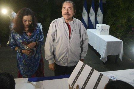 Raúl Castro felicita a Ortega y a Murillo por