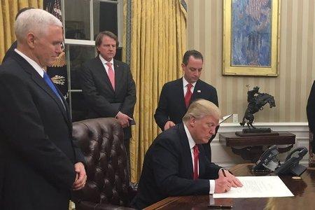 Vídeo: Juncker ignora un gesto amistoso de Trump en la Casa Blanca