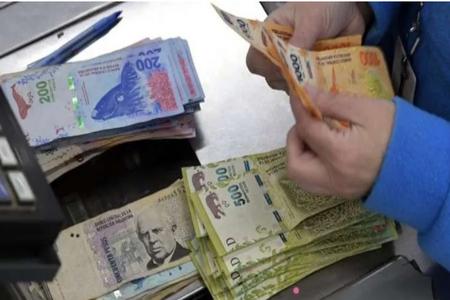 El dólar opera a $63,50 en la segunda semana del cepo